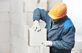 ouvrier maçon construisant un mur